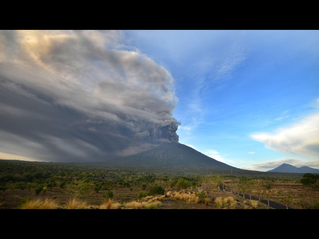 Timelapse shows Bali volcano Mount Agung spewing ash after minor eruptions