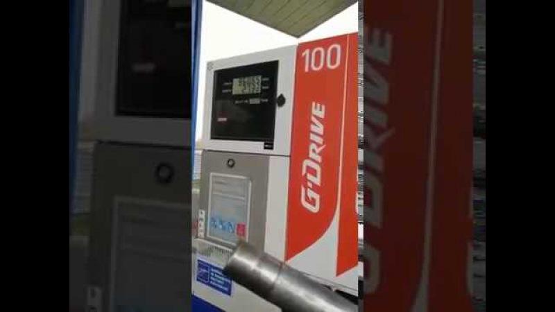 Вот так заправляют на заправках «Газпром нефть», смотреть всем водителям