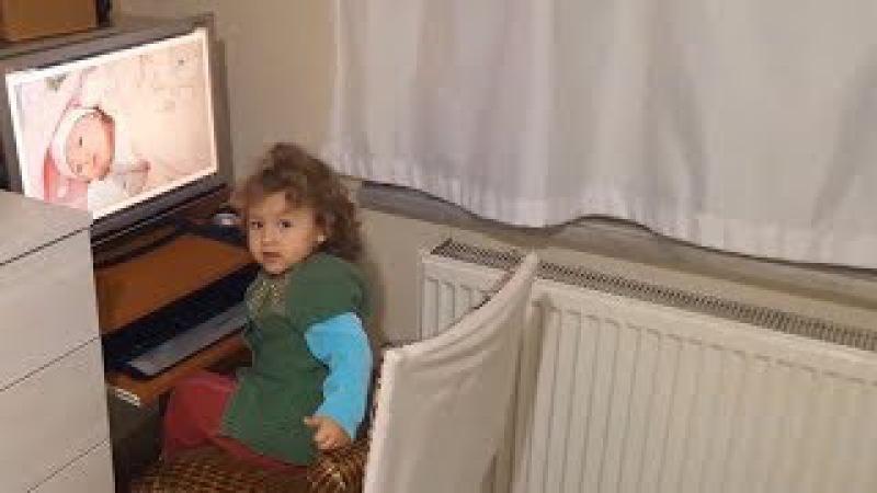 Bebeklik Fotoğraflarına Bakıp Kendini Seven Küçük Kız