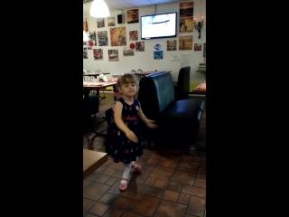 Папино день рождение в кафе Диана)),дочка танцует для папы!!
