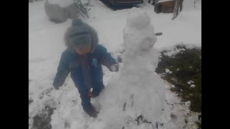 Вані сніговик не дуже сподобався чомусь.)