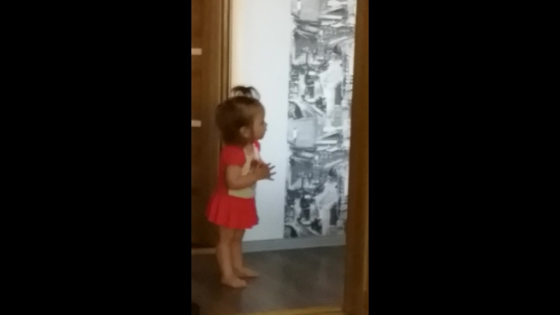 Софи утром танцует