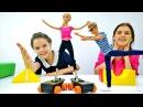 Кен и Барби катаются на коньках. Смешное видео с куклами.