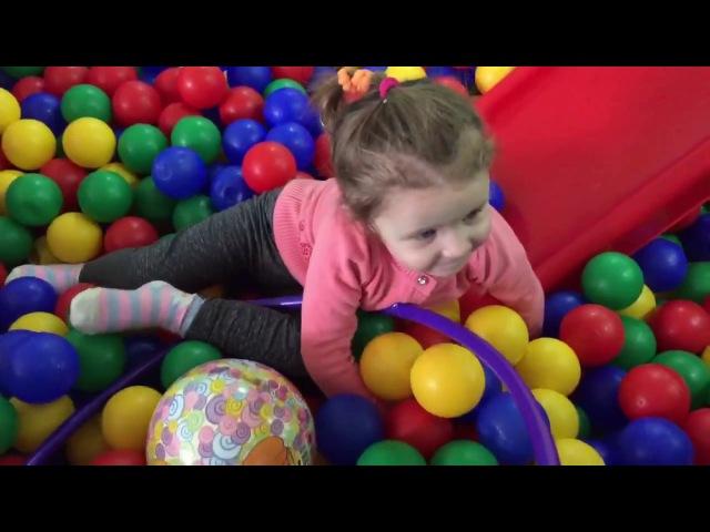 Игровой зал. Видео для детей. Бассейн с шариками и горка