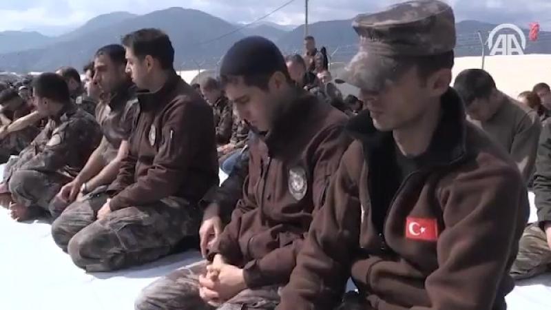 Sirýañ Afrin şäherinde DaişИГИЛ we Pkk teror toparyna garşy söweşe gatnaşmaly, Türk esgerleri juma namazy kylýarlar.