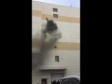 В Кемерово, в горящем ТЦ люди прыгают из окон, чтобы спастись