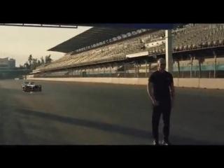 Каскадёр сделал обратное сальто над болидом Формулы-Е  причём стоя к нему спиной