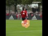Хуммельс кладет мяч в ворота с любой точки. Вот как надо бить!