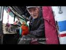 Старик - дальнобойщик с попугаем на старом траке.США