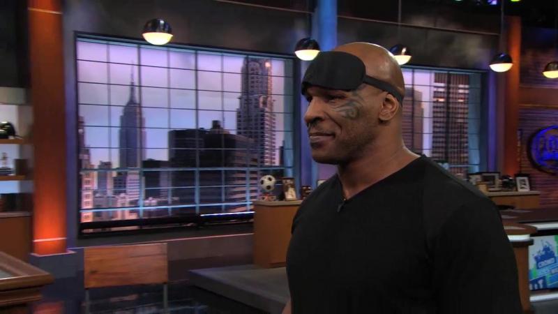 Mike Tyson с закрытыми глазами в игре Darts