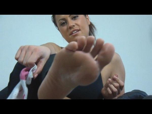Bellissima morettina ci mostra i piedi