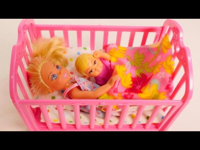 Evi passt auf ihre Schwester auf Spielspaß mit Barbie