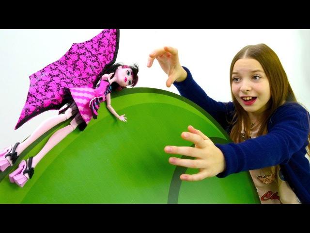 Видео для девочек. Дракулаура из Монстер Хай застряла на дереве.
