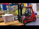 RC MODEL FORKLIFT LINDE AT THE HARD WORK