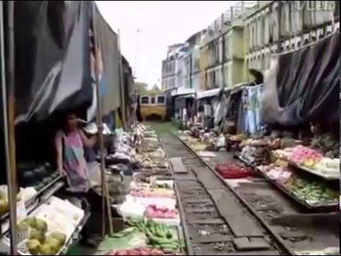 Железная дорога на рынке в Индии Train track Veggie Market