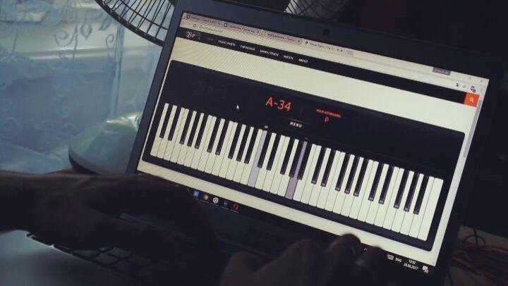 """🇦 🇱🇪🇽🇦🇳 🇩 🇪 🇷 🌍 on Instagram: """"Тот момент, когда нет под рукой пианино 😞😞😞 играй на подручных средствах 🎹🎶🎵, вот так и живём..."""