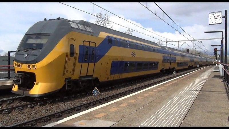 VIRM 8635 9550 komen door station Almere Buiten