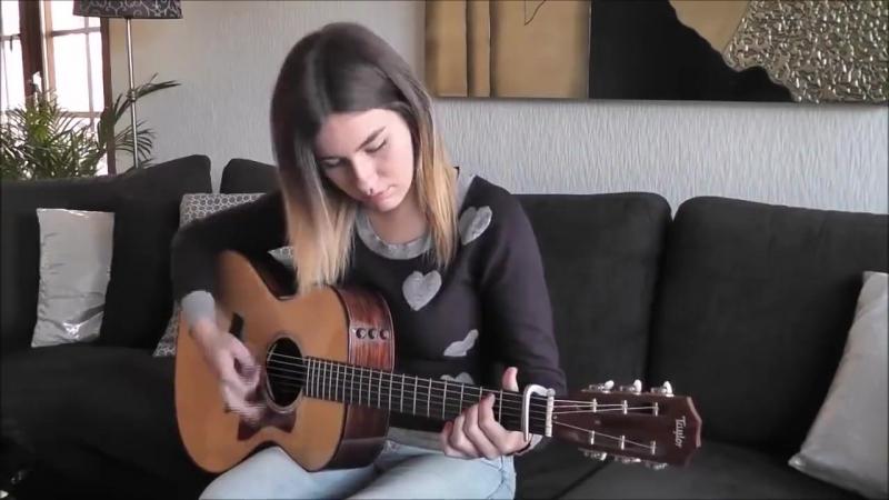 девушка играет супер на гитаре