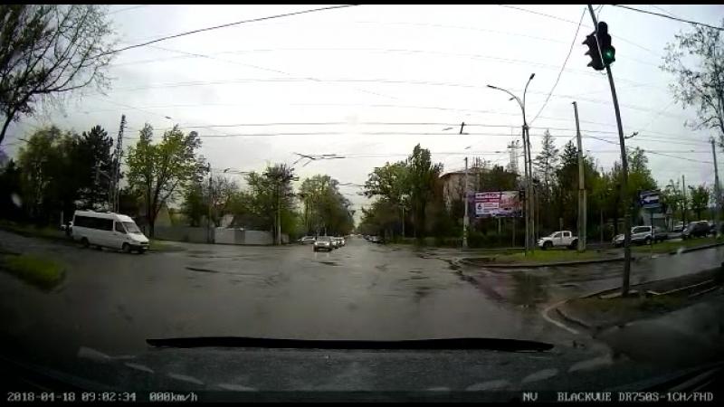 Нарушители ПДД. УОБДД оштрафовали двоих водителей маршрутки