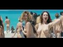 Масса голых девушек на нудистком пляже в фильме Мужчины против женщин (Maschi contro femmine, 2010, Фаусто Брицци) 1080p