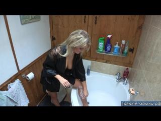 Мама почти голая в одном халате бреет свои сексуальные ножки