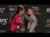 UFC 217 - Йоанна Енджейчик - Роуз Намаюнас - обмен взглядами