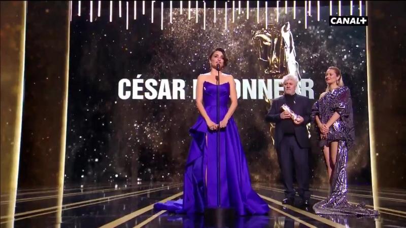 César 2018 - Penélope Cruz, en larmes pour recevoir son César dhonneur