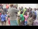 Африканским детям играют на скрипке