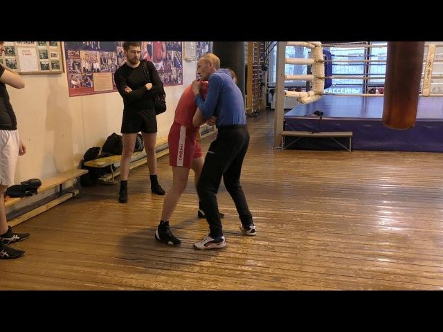 Бокс: как закрутить противника в клинче