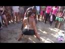 Забавный конкурс на пляже с бутылкой (из серии танцы на пляже Бразилии)