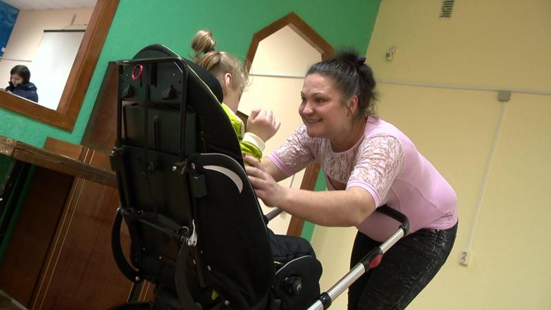 Проездка колёса коляски мама ребёнка улыбается