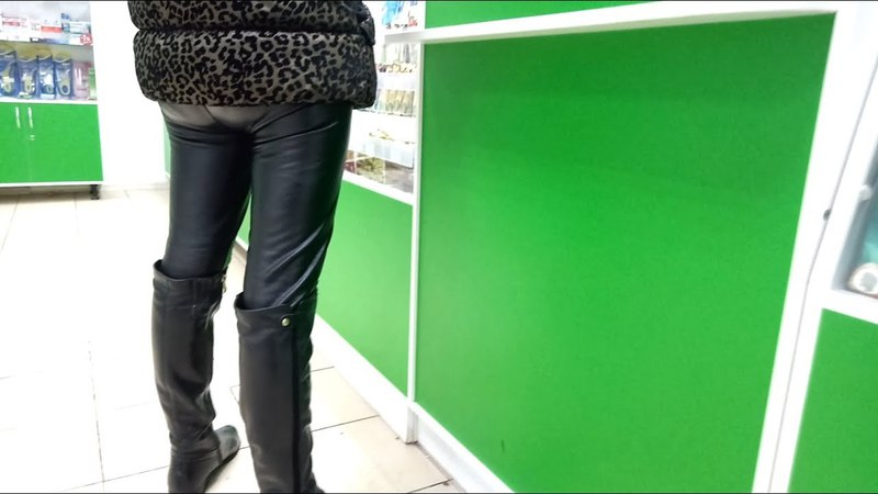 Девушка в кожаных леггинсах в аптеке
