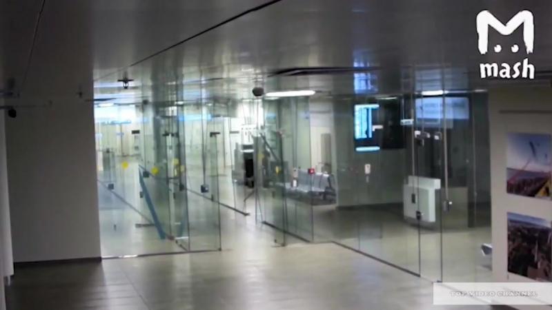 Каменная голова В аэропорту мужик пробил головой стеклянную стену и пошел на рейс.mp4