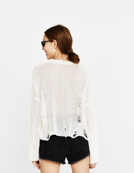 Укороченный свитер с разрывами