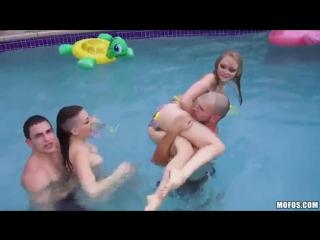 Порно вечеринка у бассейна с кучей классных сучек
