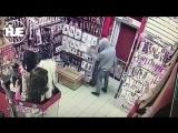 Эпичная кража из секс-шопа в Бибиреве попала на видео