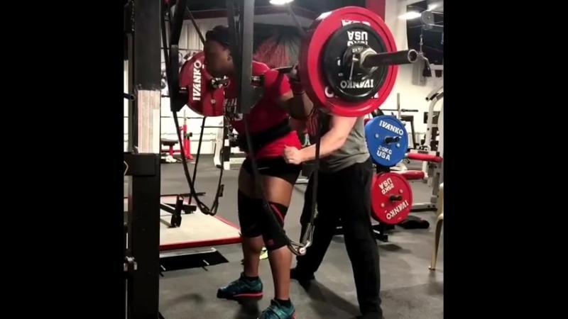 Чакера Холкомб вес 85 кг приседает 200 кг на 8 раз