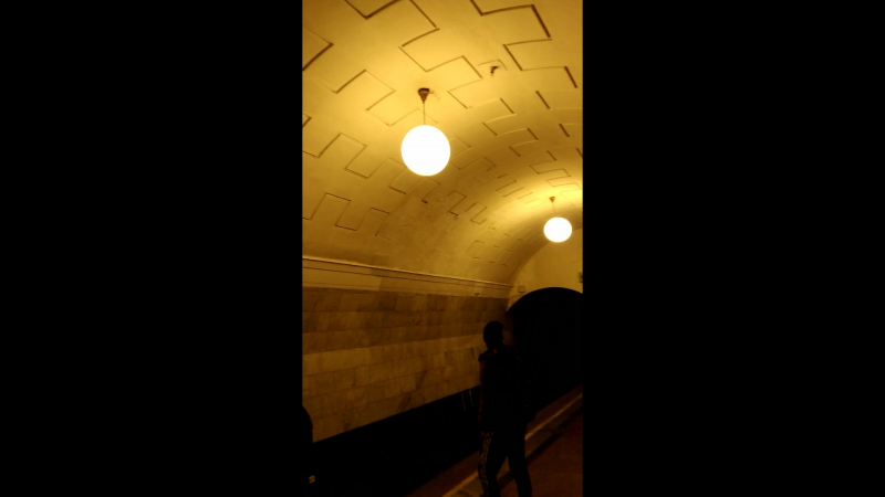 Сквозняк в метро, что даже эти шары шатаются :D