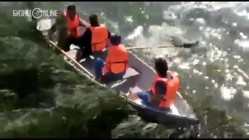 Туристам не удалось справиться с лодкой на озере Кабан