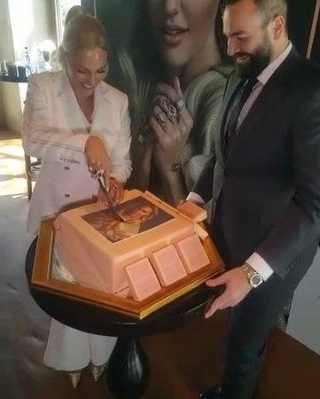 """AYAKLI GAZETE on Instagram """"Meryem Uzerli Atasay'ın reklam yüzü oldu.Tanıtım, firmanın sahibi olduğu mekanda pasta kesilerek yapıldı... meryemuze..."""