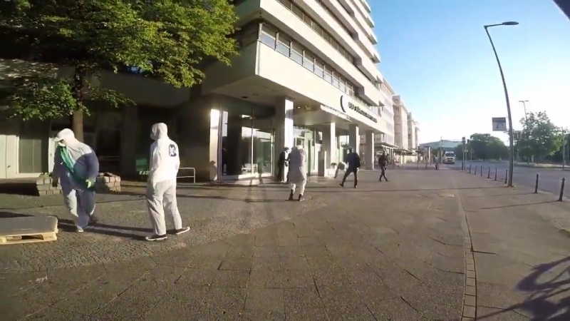 Berlin Sechs vermummte Reconquista Internet Aktivisten blockieren Eingang der AfD Zentrale in Berlin