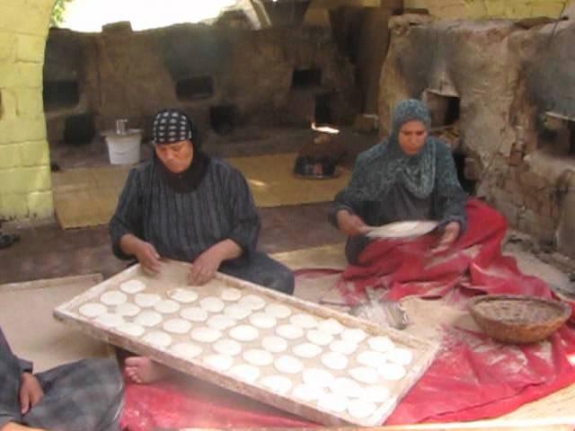 Egypt food - Egyptian bread during Cairo tour - il pane arabo al Cairo
