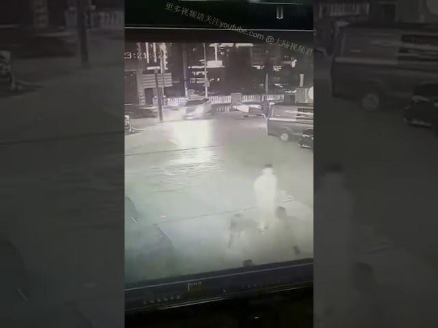 监拍中国某地9月23日车祸现场,伤亡不明