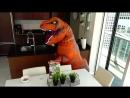 Смешные дети и гигантский Динозавр! Смешное видео для всей семьи