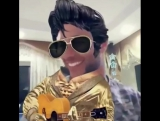 Махер играет на гитаре