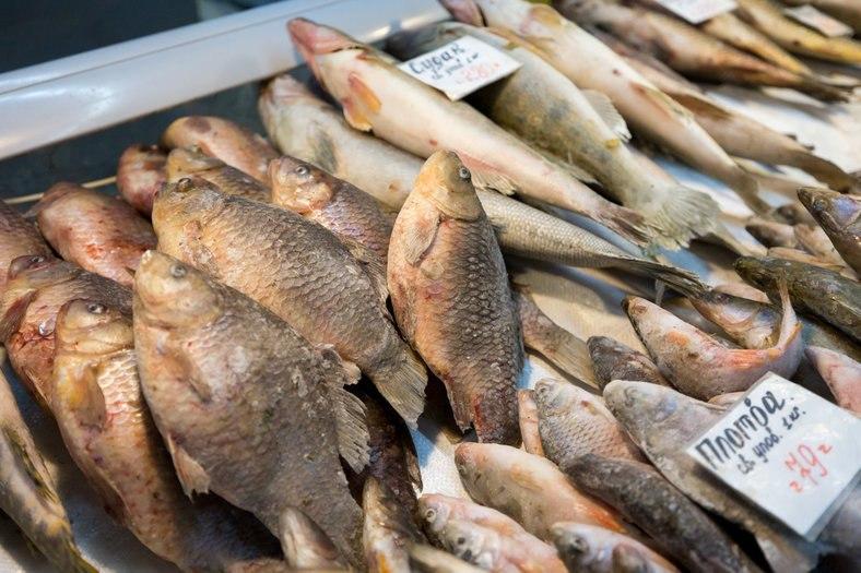 Госветнадзор оштрафовал продавца, незаконно торгующего рыбой на улице