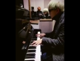 юнги играет на пианино