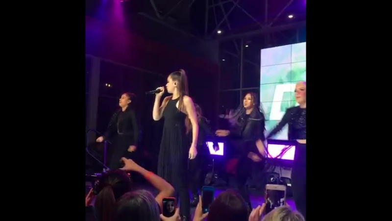 Hailee Steinfeld – Starving (Live @Billboard Music Awards ELLE Present; 16 мая 2017)