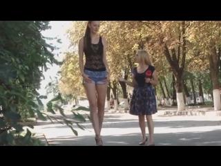 Сексуальная девушка с самыми длинными ногами в мире дефилирует по улицам Кубани