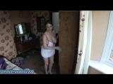 Жена с огромными сиськами неохотно убирается в комнате после жесткой порно вечеринки